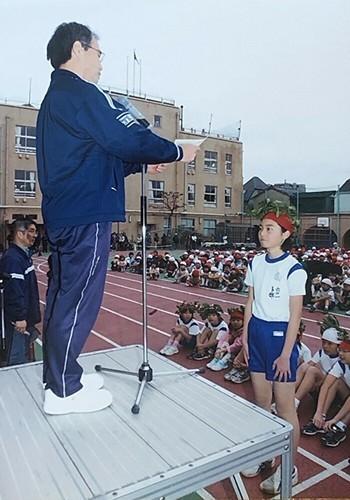 小学校のマラソン大会で優勝して表彰される卜部蘭