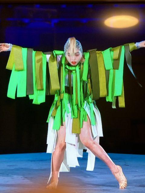 東京五輪閉会式で追悼の踊りをするアオイヤマダ