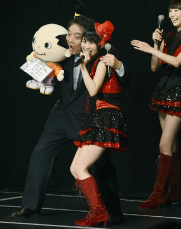 「SKE48」の公演に飛び入り参加して高柳明音とおどける河村たかし市長