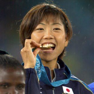 シドニー五輪 金メダルをかじる高橋尚子