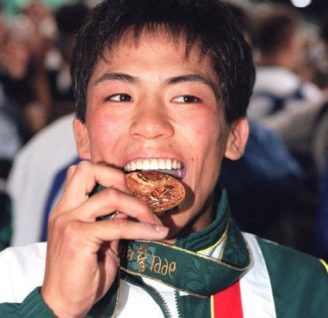 アトランタ五輪で金メダルをかじる野村忠宏選手