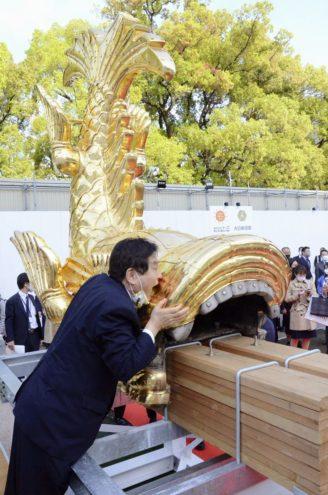 名古屋城のシャチホコにかじりつく河村たかし市長